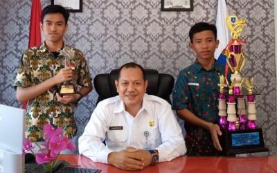 Kepala SMAN 1 Manggar Berfoto Bersama Pemenang Lomba Desain Batik dan Lomba Film Pendek Kebudayaan