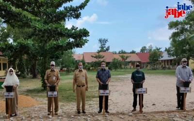 5 Alumni SMA Negeri 1 Manggar Letakkan Batu Pertama Pembangunan Paving Blok Lapangan Upacara