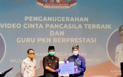 Membanggakan, Kepala SMA Negeri 1 Manggar Raih IKA PKn UPI Award 2020